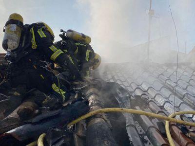 Un incendio calcina el tejado de una vivienda en Chillarón