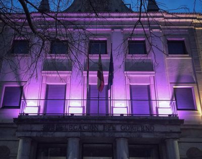 La Subdelegación del Gobierno, Diputación y Casas Colgadas se iluminan de morado