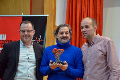 Carlos Augusto Casas recibe el premio Tormo-Masfarné en la clausura de Las Casas Ahorcadas