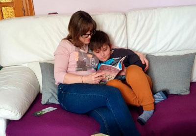 Videocuentos en familia en la biblioteca de Cañizares
