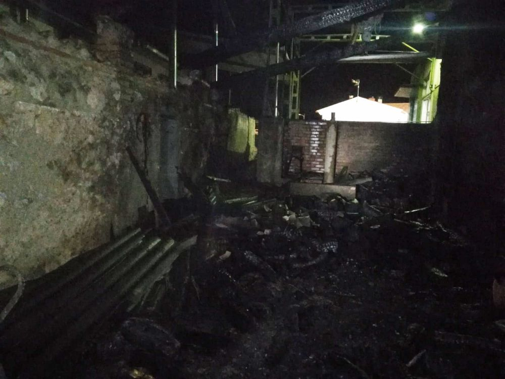 Incendiada una nave que almacenaba leña en Villalba de la Sierra
