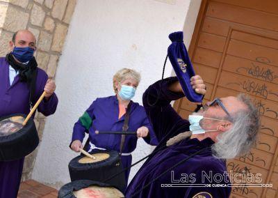 (Vídeo) Cuenca vuelve a sonar a los tambores y clarines de Las Turbas desde los balcones