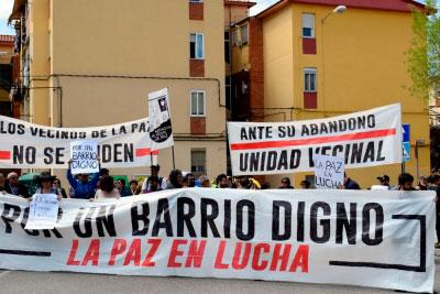 Unos doscientos vecinos se concentran en La Paz para denunciar el abandono del barrio
