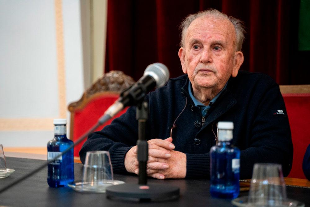 El homenaje al escritor Raúl Torres pone fin a la Feria del Libro