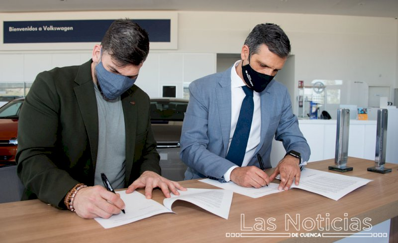 Momento de la firma del acuerdo. Foto: Saúl García