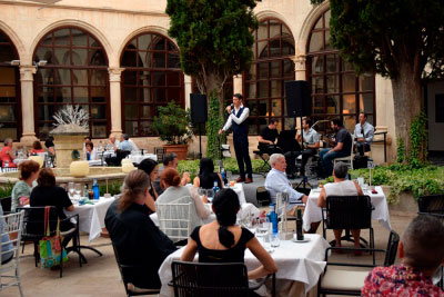 El claustro del Parador mezcló con éxito la gastronomía y la música en Estival Cuenca