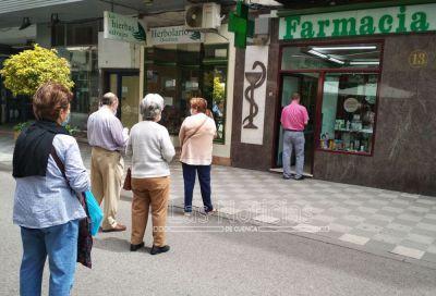 Colas en las farmacias para retirar las mascarillas de la Junta