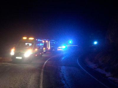 Los bomberos rescatan a una joven que quedó atrapada en su vehículo en Villalba de la Sierra