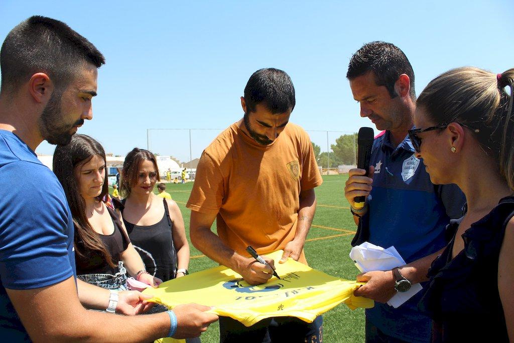 Raúl Albiol vuelve a sorprender a los jóvenes de Iniesta en la clausura del campus de futbol