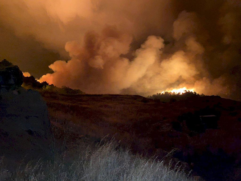 El incendio de Víllora sigue activo y en su extinción trabajan 102 personas y 21 medios