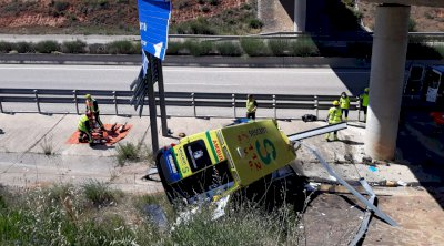 Vuelca una ambulancia con tres ocupantes, uno el paciente, en la A-40