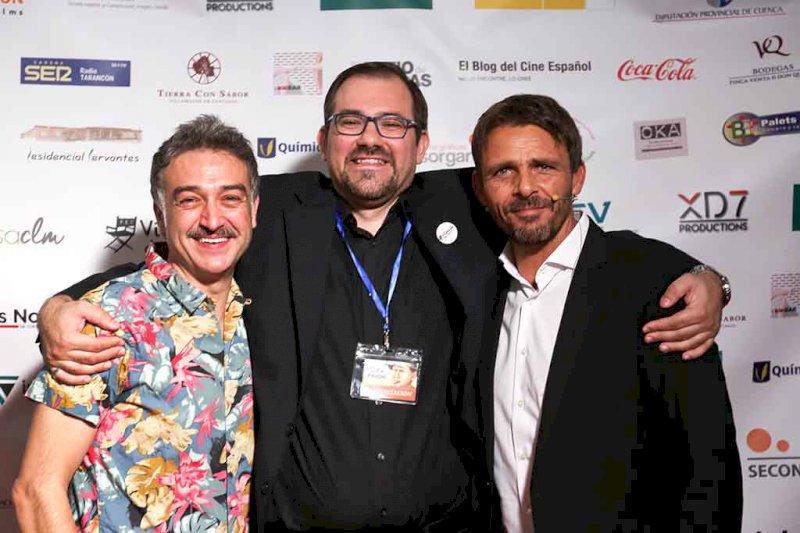 Javier Alonso, arropado por los actores Luis Mottola (d) y Sergio Caballero (i).Foto: Vega Halen