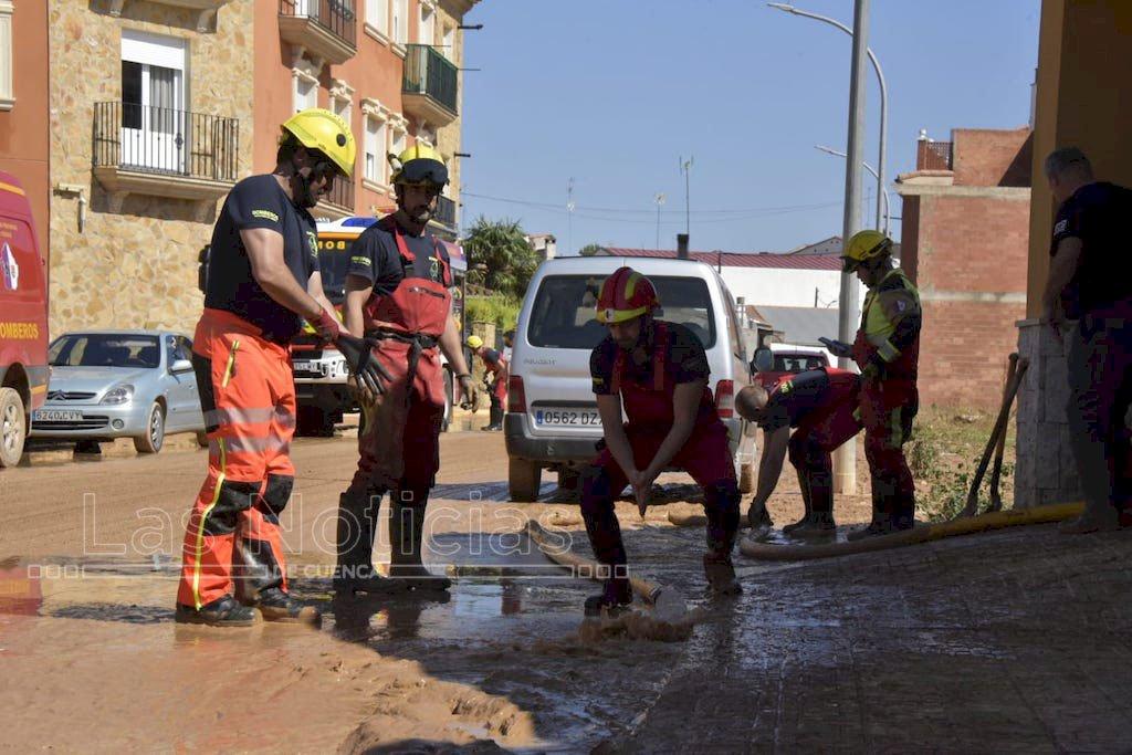Más de sesenta efectivos trabajan en Iniesta para recuperar la normalidad