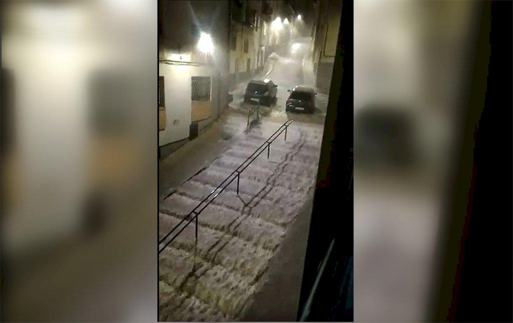 Una fuerte tormenta deja en Cuenca incidencias con calles y locales anegados
