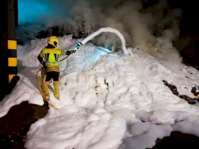 Los bomberos extinguen un incendio en una fábrica de madera y pellet en Motilla