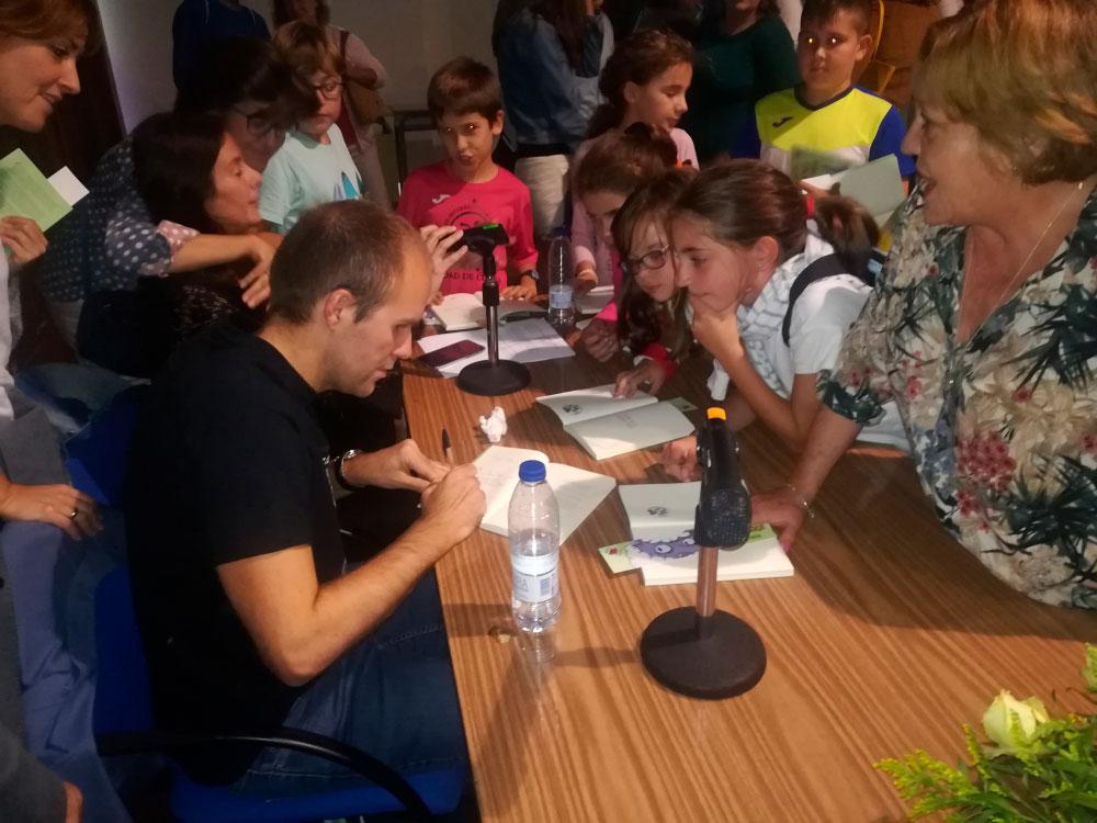 Unas 200 personas acompañan a Sergio Vera en la presentación de su primera obra