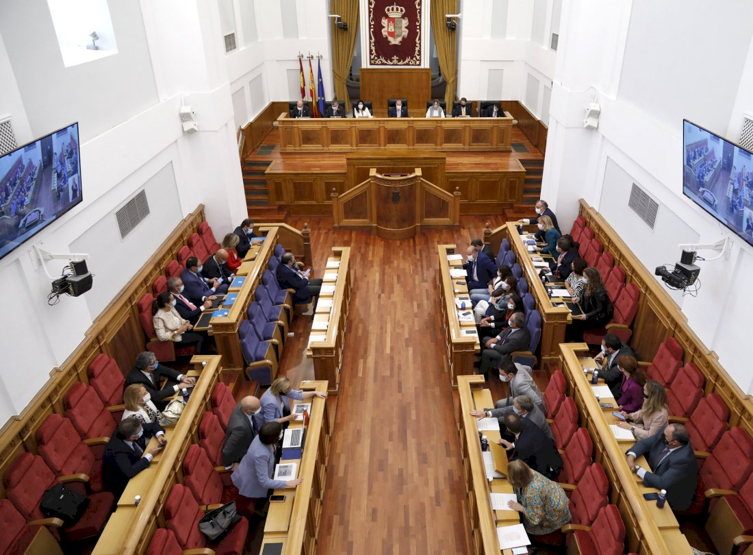 Las Cortes aprueban bajar impuestos a familias y empresas y suprimir 19 tasas