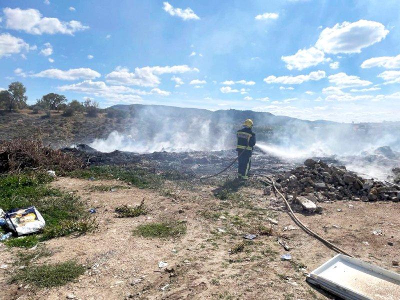 Bomberos de Cuenca sofocan un incendio en el antiguo vertedero de Albalate de las Nogueras