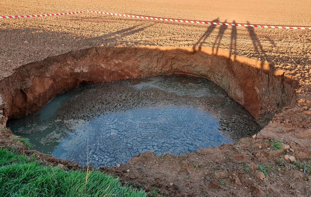 La tierra se hunde en Arcas y crea una laguna